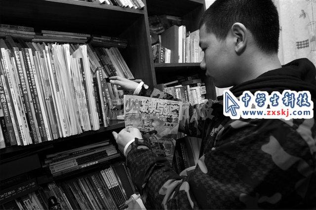 男孩发明了特殊围布 理发玩手机看报纸都不误